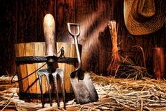 Pala degli strumenti di giardinaggio e forcella antiche di Spading Immagine Stock