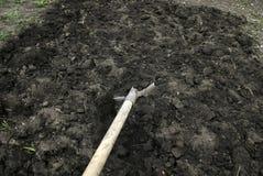 Pala del giardino per dissotterrare il suolo in primavera per piantare Fotografie Stock
