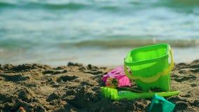 Pala del giocattolo sulla spiaggia del mare Concetto 'nucleo familiare' di giorno di estate La festa si distende 4K archivi video