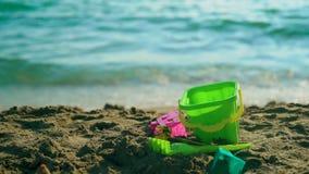Pala del giocattolo sulla spiaggia del mare Concetto 'nucleo familiare' di giorno di estate La festa si distende Movimento lento archivi video