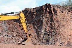 Pala del motor de la tierra en una mina Foto de archivo libre de regalías