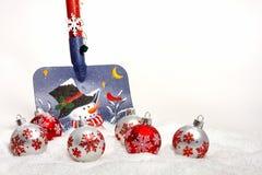 Pala della neve con gli ornamenti di Natale Fotografia Stock