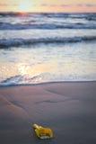 Pala perdida del juguete en la playa Fotos de archivo