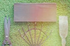 Pala, rastrillo, tijeras, corte de la hierba en la hierba Haga un jardín, hierba cortada, adorne el césped foto de archivo