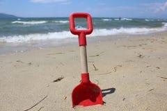 Pala roja de la arena Fotos de archivo libres de regalías