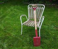 Pala rossa sulla sedia di giardino Immagini Stock Libere da Diritti