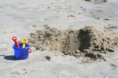Pala, secchio e cava di sabbia Immagine Stock