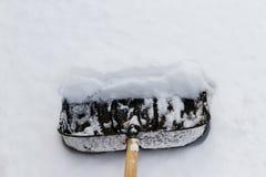 Pala sulla neve bianca Immagini Stock