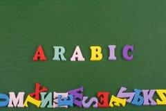 Palabra ÁRABE en el fondo verde compuesto de letras de madera del ABC del bloque colorido del alfabeto, espacio de la copia para  Imagenes de archivo