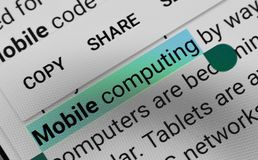 Palabra 'Mobile Computing 'seleccionado y destacado digital en la pantalla de visualización móvil foto de archivo libre de regalías
