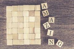 Palabra asombrosa formada con los bloques de madera Imagenes de archivo
