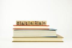 Palabra catalana de la lengua en sellos y libros de madera Fotos de archivo