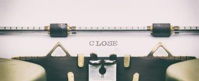Palabra CERCANA con mayúsculas en la hoja blanca Imágenes de archivo libres de regalías