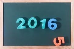 Palabra colorida 2016 en el tablero negro como fondo Foto de archivo libre de regalías