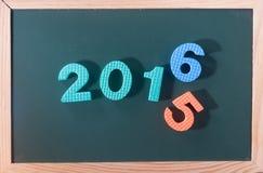 Palabra colorida 2016 en el tablero negro como fondo Imagen de archivo libre de regalías