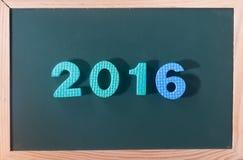Palabra colorida 2016 en el tablero negro como fondo Imagenes de archivo