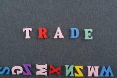 Palabra COMERCIAL en el fondo negro compuesto de letras de madera del ABC del bloque colorido del alfabeto, espacio del tablero d Fotos de archivo libres de regalías