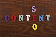 Palabra CONTENTA de SEO en el fondo de madera compuesto de letras de madera del ABC del bloque colorido del alfabeto, espacio de  Fotografía de archivo libre de regalías