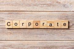 Palabra corporativa escrita en el bloque de madera Texto corporativo en la tabla, concepto imagen de archivo