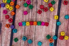 palabra creada con los cubos de madera coloreados en el escritorio foto de archivo