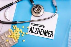 Palabra de Alzheimer escrita en carpeta azul médica con los ficheros pacientes fotografía de archivo