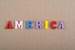 Palabra de América en el fondo de papel compuesto de letras de madera del ABC del bloque colorido del alfabeto, espacio de la cop Imagen de archivo