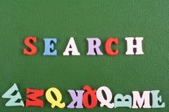 Palabra de BÚSQUEDA en el fondo verde compuesto de letras de madera del ABC del bloque colorido del alfabeto, espacio de la copia fotografía de archivo