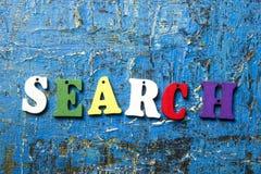 Palabra de búsqueda en letra colorida de madera del ABC en el fondo abstracto azul del grunge Imagen de archivo libre de regalías