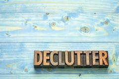 Palabra de Declutter en el tipo de madera foto de archivo