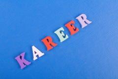 Palabra de KAREER en el fondo azul compuesto de letras de madera del ABC del bloque colorido del alfabeto, espacio de la copia pa Foto de archivo