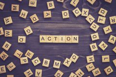 Palabra de la acción en la tabla de madera para el concepto del negocio Imagenes de archivo