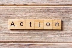 Palabra de la acción escrita en el bloque de madera Texto en la tabla, concepto de la acción Fotos de archivo libres de regalías