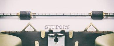 Palabra de la AYUDA con mayúsculas en una hoja de la máquina de escribir Imágenes de archivo libres de regalías
