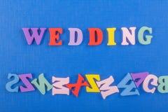 Palabra de la BODA en el fondo azul compuesto de letras de madera del ABC del bloque colorido del alfabeto, espacio de la copia p Imágenes de archivo libres de regalías