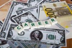 Palabra de la carrera con las letras entre billetes de banco Imagen de archivo libre de regalías