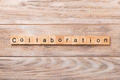 Palabra de la colaboración escrita en el bloque de madera Texto de la colaboración en la tabla de madera para su desing, concepto imágenes de archivo libres de regalías
