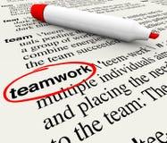 Palabra de la definición de diccionario del trabajo en equipo circundada Imágenes de archivo libres de regalías