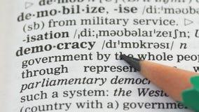 Palabra de la democracia escrita en el vocabulario inglés, libertad en país, voto de los ciudadanos almacen de metraje de vídeo