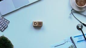 Palabra de la dieta integrada por cubos y la sandía fresca en la tabla de los doctores, atención sanitaria almacen de metraje de vídeo