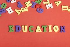 Palabra de la EDUCACIÓN en los cubos de madera del ABC en el fondo rojo Fotos de archivo libres de regalías