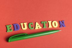 Palabra de la EDUCACIÓN en los cubos de madera del ABC en el fondo rojo Fotos de archivo