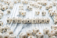 Palabra de la educación escrita en el bloque de madera ABC de madera Foto de archivo