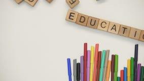 Palabra de la educación hecha de cubos, de cursos preescolares, de futuro brillante y de conocimiento metrajes