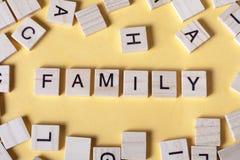 Palabra de la familia en bloques de madera ABC de madera Imagen de archivo