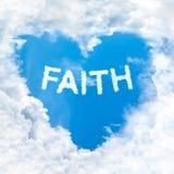 Palabra de la fe dentro del cielo azul de la nube del amor solamente fotos de archivo
