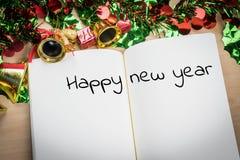 Palabra de la Feliz Año Nuevo en el cuaderno con la decoración del Año Nuevo para nuevo Fotos de archivo libres de regalías
