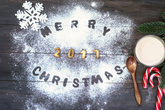 Palabra de la Feliz Navidad escrita con las letras de la galleta en tabl de madera Imagen de archivo libre de regalías