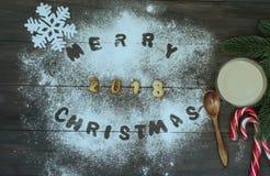 Palabra de la Feliz Navidad escrita con las letras de la galleta en tabl de madera Imágenes de archivo libres de regalías