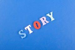 Palabra de la HISTORIA en el fondo azul compuesto de letras de madera del ABC del bloque colorido del alfabeto, espacio de la cop Fotos de archivo libres de regalías