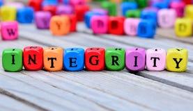 Palabra de la integridad en la tabla fotografía de archivo